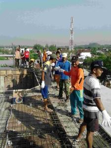 Gotong royong di atap Masjid Desa Campurejo. Foto : Koramil 01 Bojonegoro