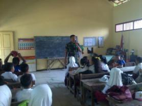 Salah satu kegiatan dengan pelajar SD. Foto : Koramil 10 Kanor